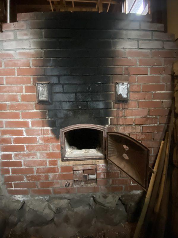 蒸し剥ぎや煮熟に使うカマド Fire place for steaming and boiling.