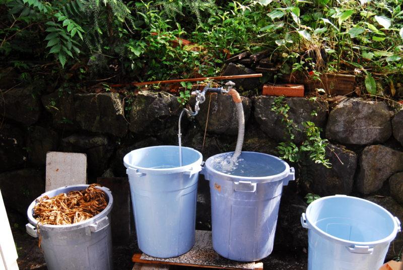 原料を洗う Wash the material