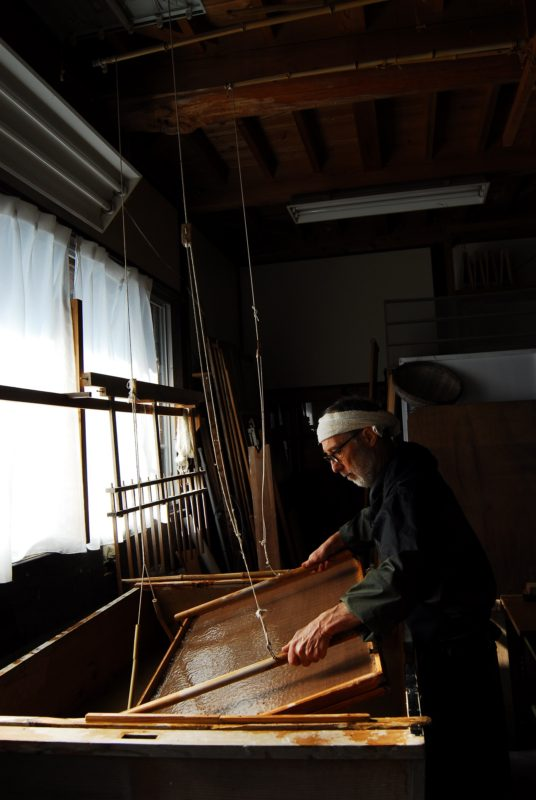 窓に向かった漉き舟