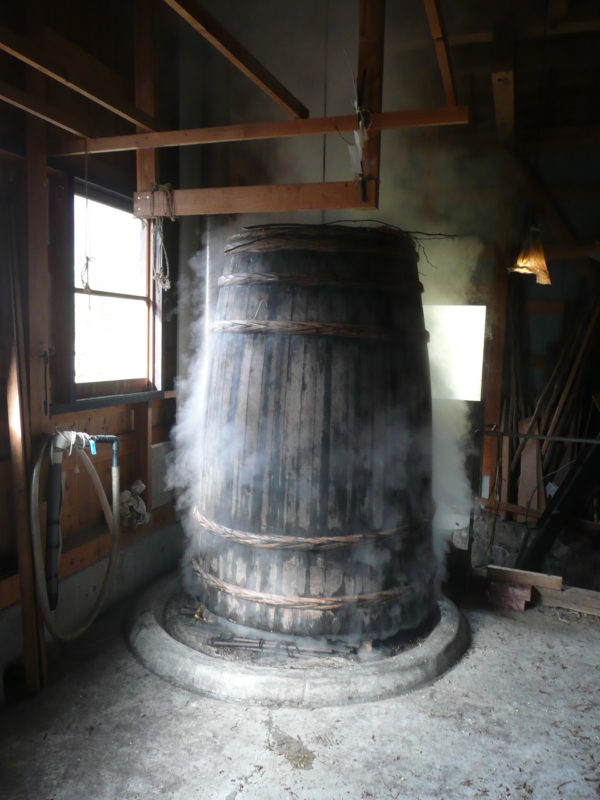 原料を蒸す Steaming the fiber plants