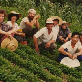 伊野町にて近所の農家さんの三椏の苗の畑にて記念撮影