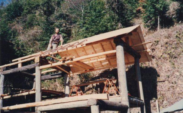 ロギールが紙漉き工房を自力で建てる様子